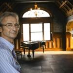 Música de Camelô: show bem-humorado do gaúcho Nico Nicolaiewsky