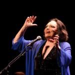 Bibi Ferreira volta a encarnar Edith Piaf em show com orquestra e coral